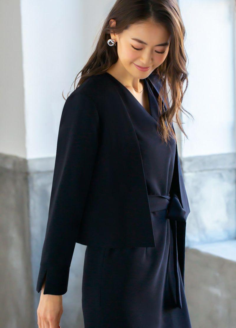 短めのウエスト丈でスタイルアップ効果も狙える嬉しいジャケット。