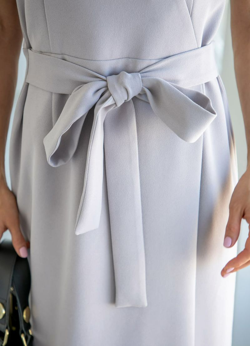 ウエストのリボンベルトは縫い付け。お好きな結び方でご着用ください。