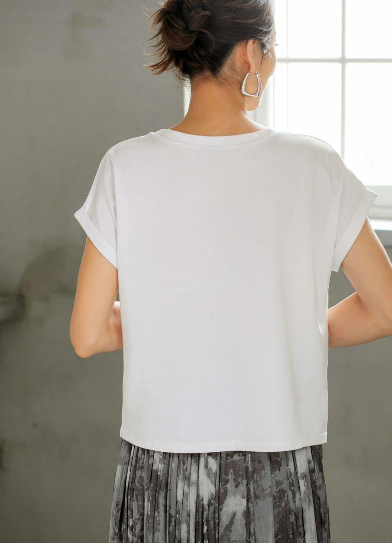 少し外側にハネる、袖口折り返しラインの作り方が細見えのヒミツ。