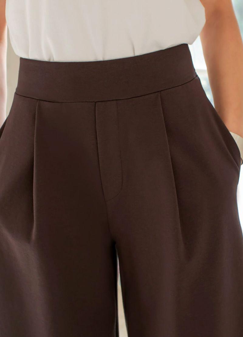 裾インしてもオシャレにキマる、スッキリウエストデザイン&腹部のタック。
