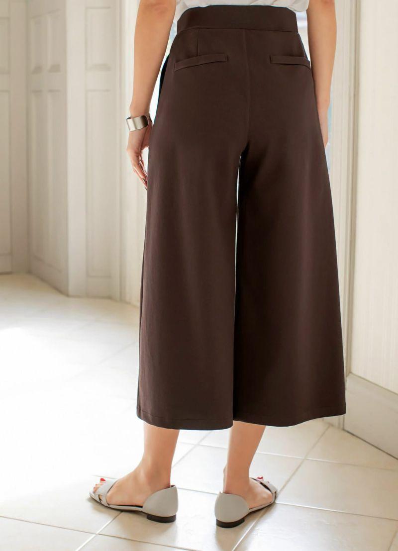 普通身長で8分丈感のミディ丈パンツ。足首が見える軽快な印象の丈感です。