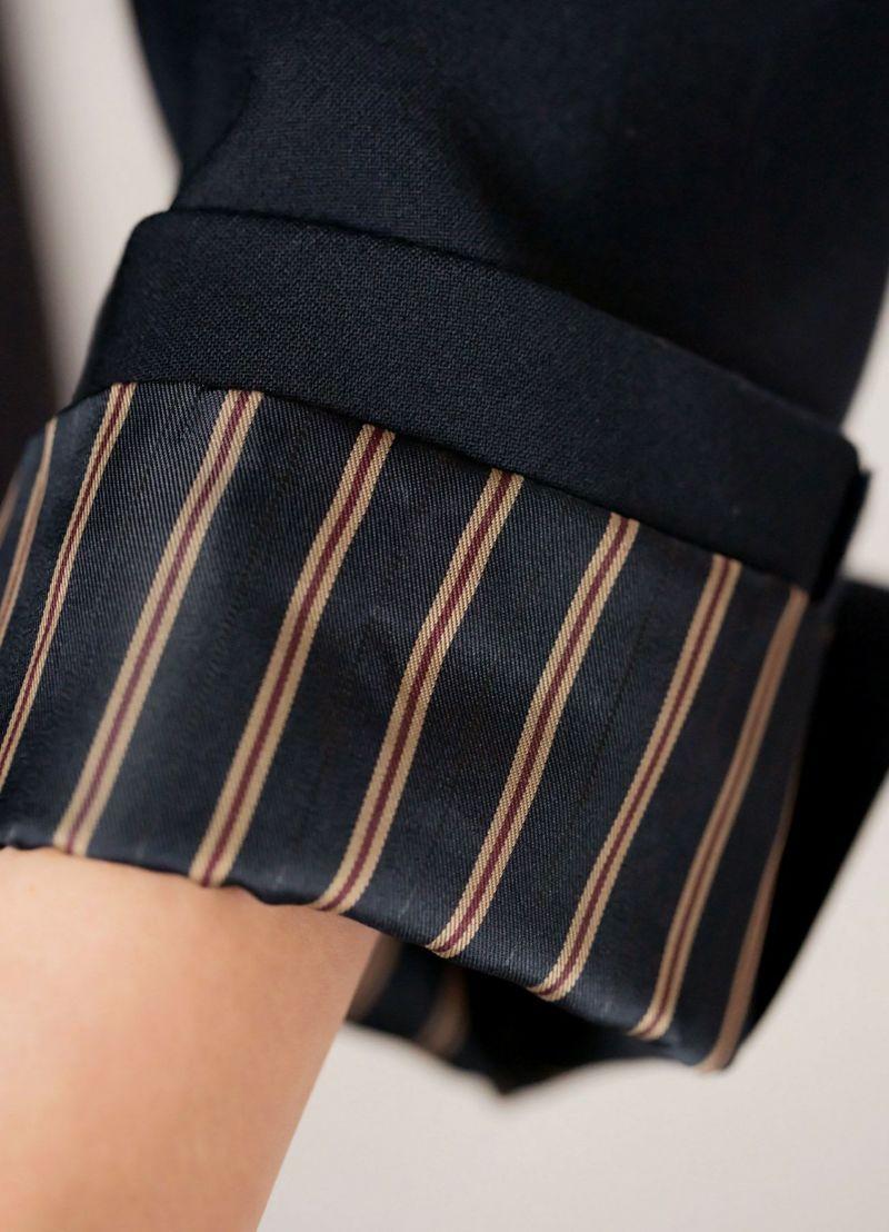 袖まくりスタイルをオシャレにキメる、ストライプ柄の袖裏地