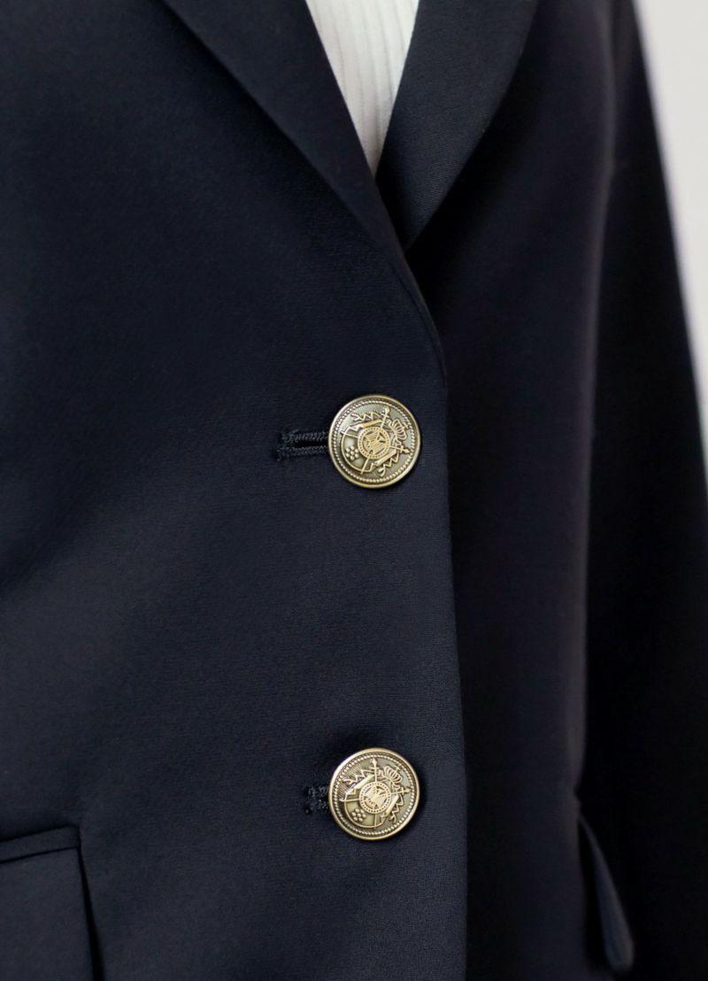 淡いゴールドのボタンは主張が強すぎず、アクセの色を選びません
