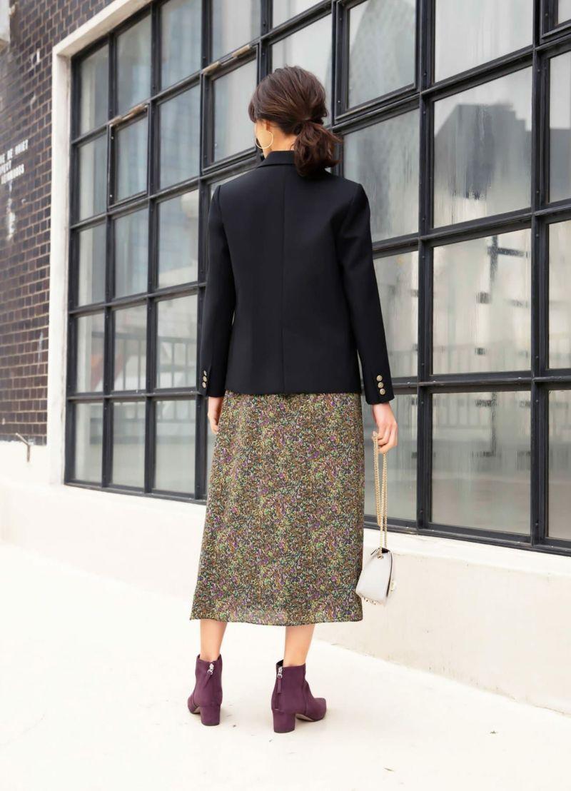 あまり広がらないシルエットのスカートを合わせるのがポイント