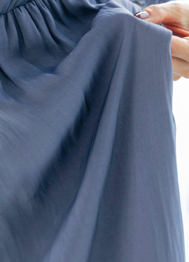 イエロー肌でも似合う、赤味を隠し味に入れた特殊なニュアンスブルー