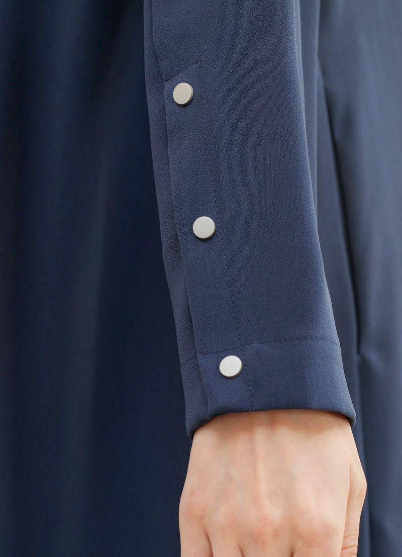 袖口をメタルボタンがクールに彩ります。
