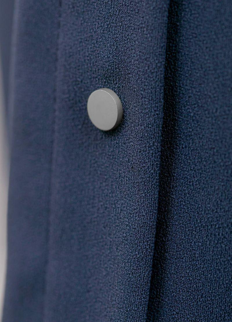 ボタンのデザインと生地質感。シャープで洗練されたオシャレなボタン。