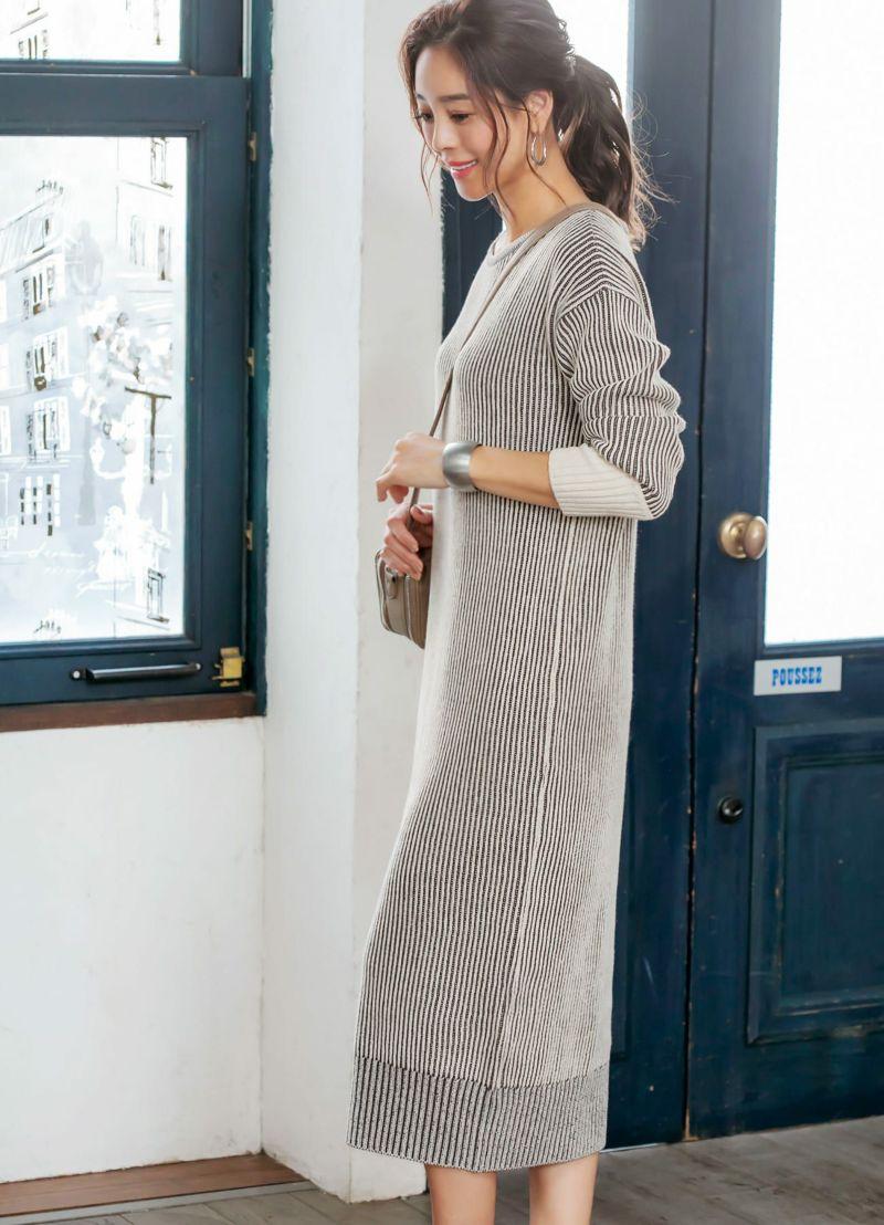ストライプ柄の編み地が縦ラインを強調。膨張感を出さずにスッキリ見え。