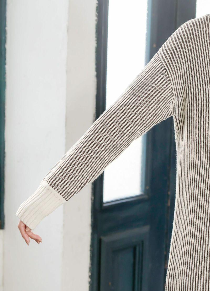 袖口リブは単色なのがポイント。引き締め役を担いメリハリ感をプラス。
