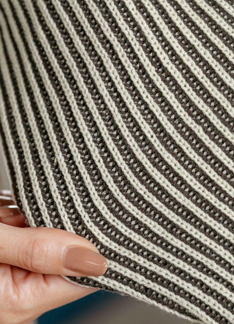 凹凸の凹み部分がブラウンになった、立体的なストライプ柄編み。