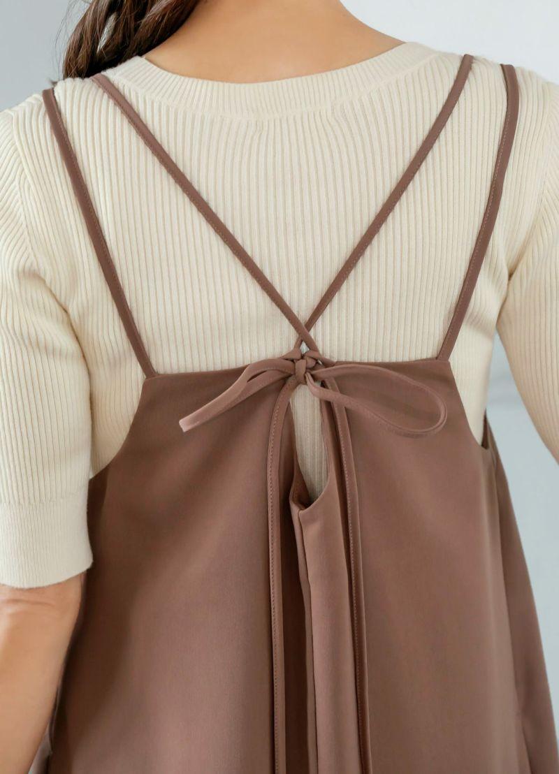 背面デザイン。このリボンでかなり自由に丈感の調節が可能なのが安心。
