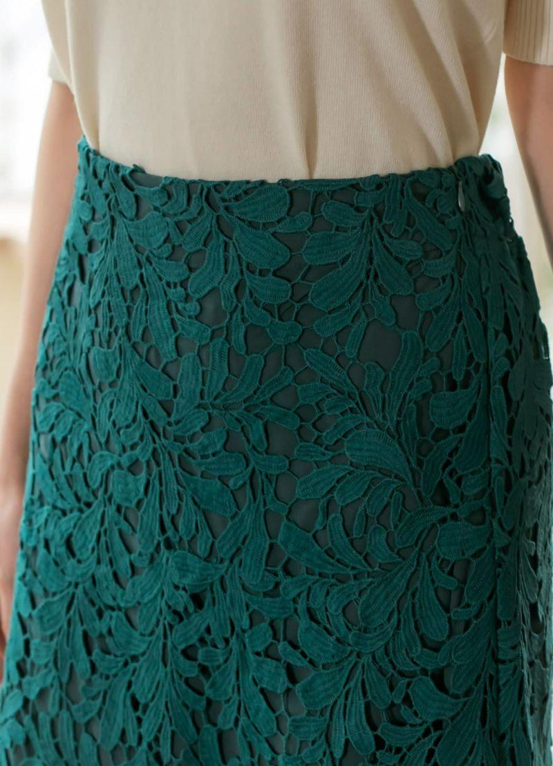 スッキリなウエストデザイン。トップスの裾はインしてもアウトでもキレイ。