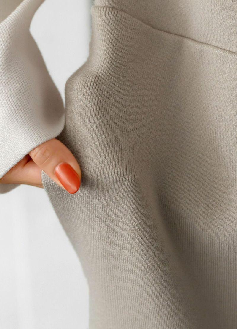 背面中央に針抜き(編み手法の1種です)で飾りライン。