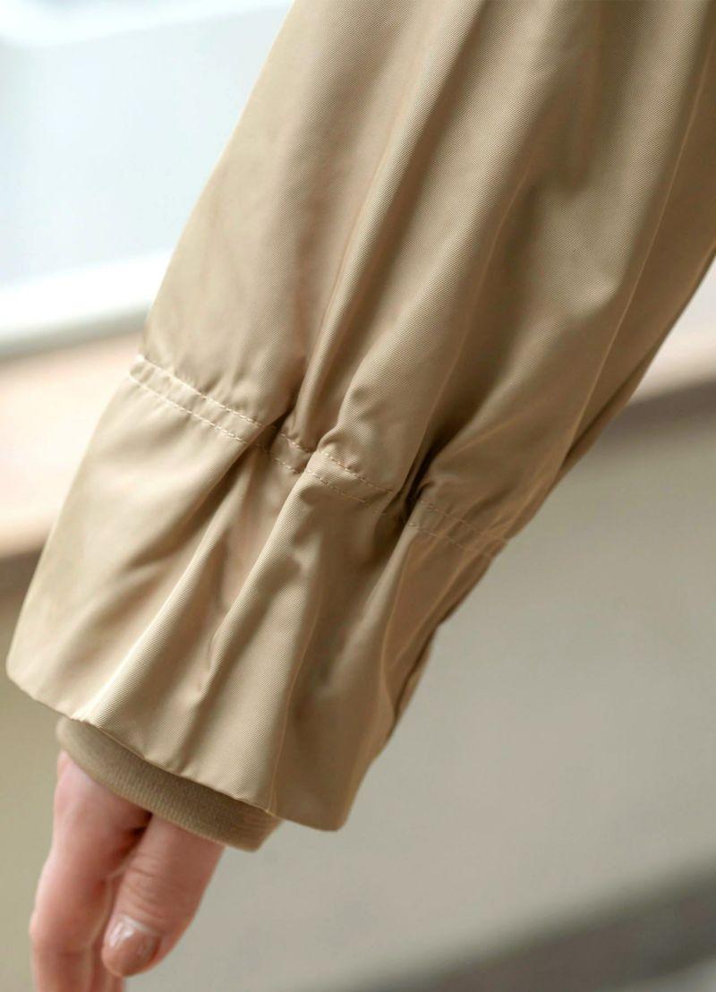 袖口にもギャザーを寄せ、女性らしい雰囲気もプラス。