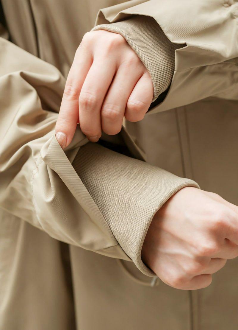 袖口にリブ生地を内蔵しており、風を通しにくく袖をたくし上げやすい。
