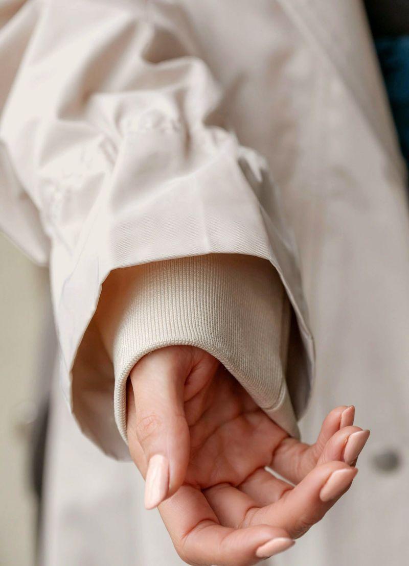 袖口リブはスポーティーさを感じるデザイン。