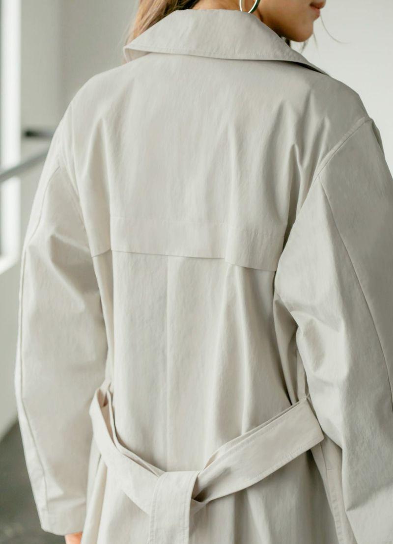 ウエストベルトをぎゅっと絞れば、女性らしいドレスコートのような雰囲気に