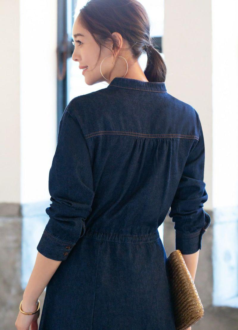 ちょっと立ち上がりのある襟など、洗練された後ろ姿を計算したデザイン。