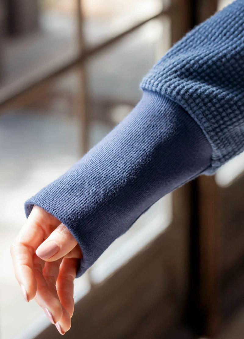 長~い袖口リブが大きなポイント。本体と色差を付けた発色もコダワリの要素
