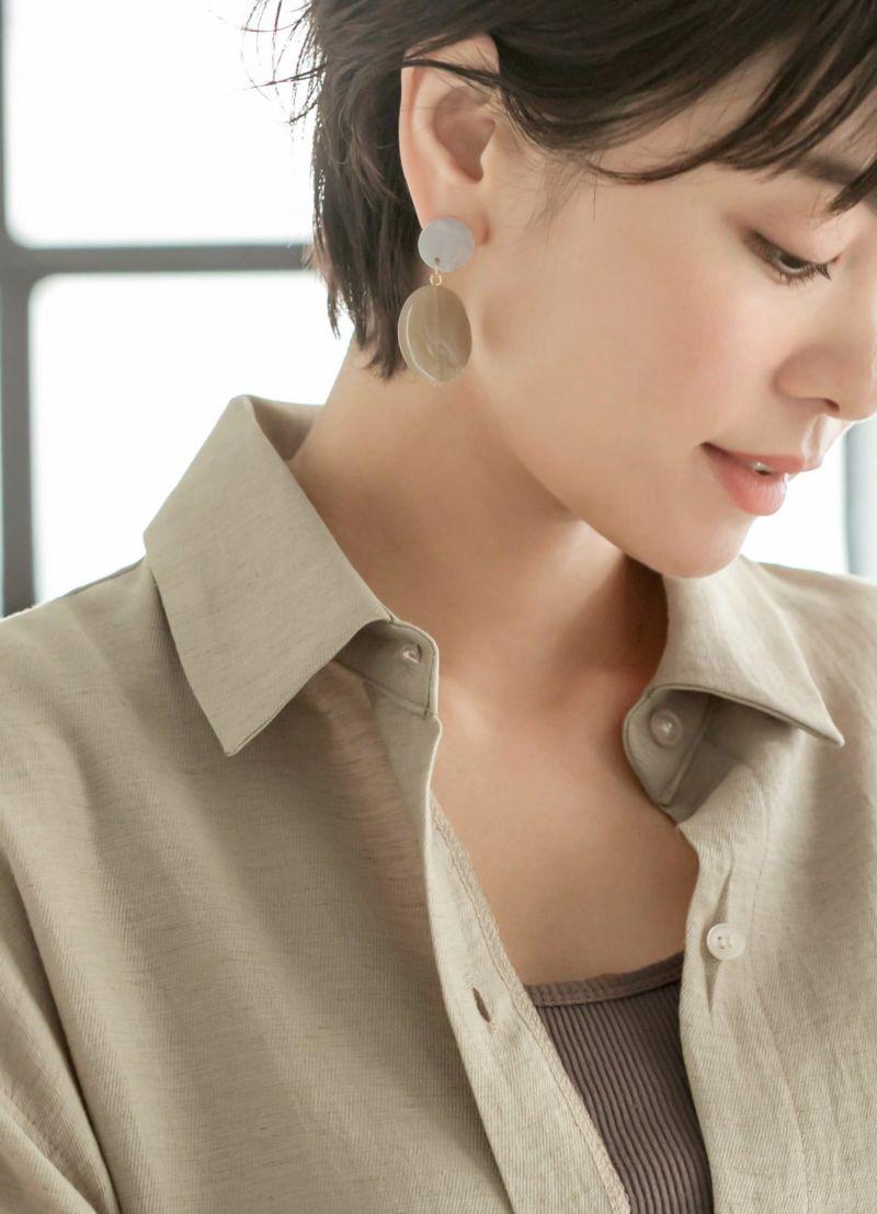 首元はシャツ襟タイプのベーシックなデザインで着こなしやすいデザインに。