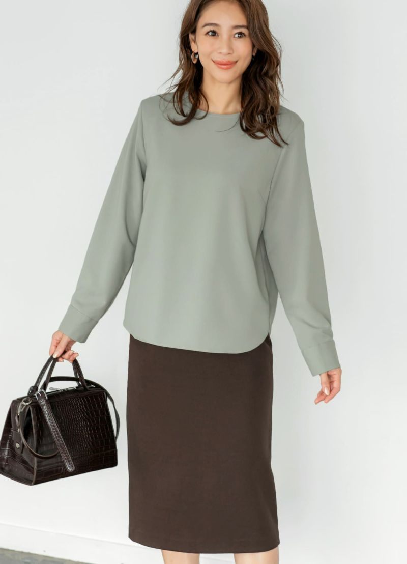 肩を自然と補いながら美しく整え、計算を重ねた厚みの肩パッドを内蔵。