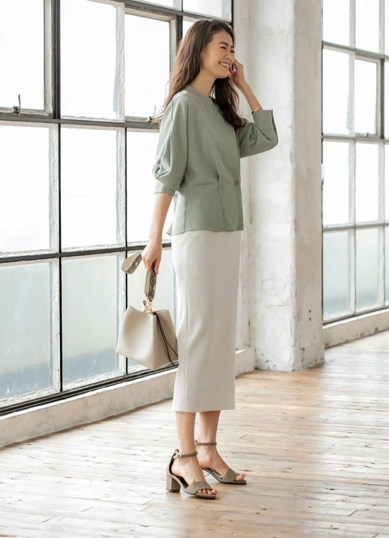 袖をたくし上げて着用。腰周りがふんわりと隠れるペプラム風の裾デザイン。