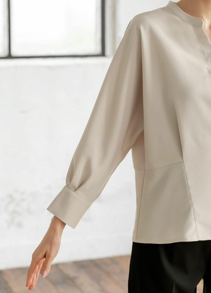 ゆったりとした袖幅で二の腕もカバー。少し短めの袖丈で軽さをプラス。