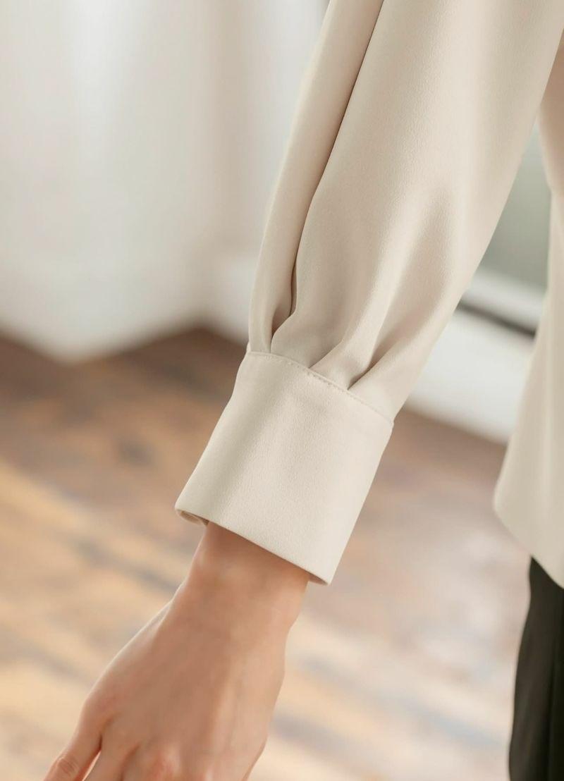袖口にはタックを入れ、美しいドレープが出るように工夫してあります。