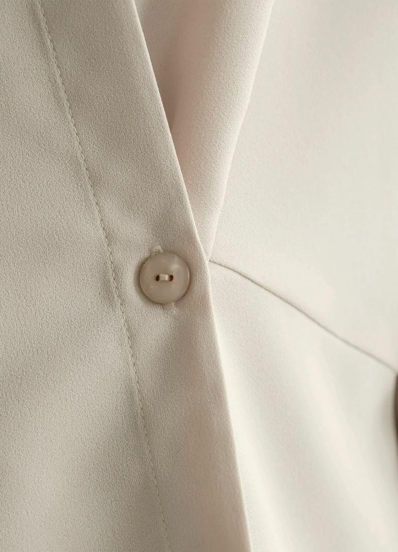 フロントボタン。女性らしくニュアンスのある、オシャレなボタンを使用。