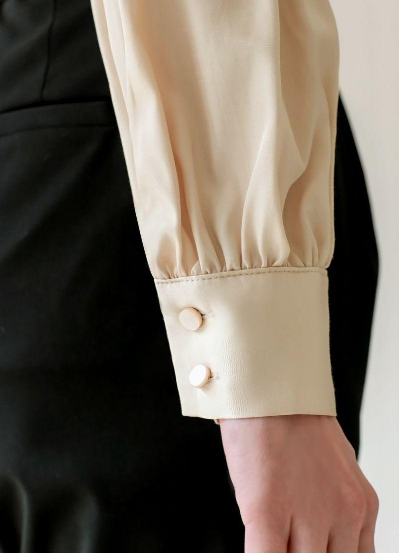 袖口にはボタンがあります。
