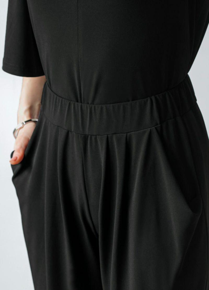 トップス側面。裾は背面に向かって丈が長くなるデザインです