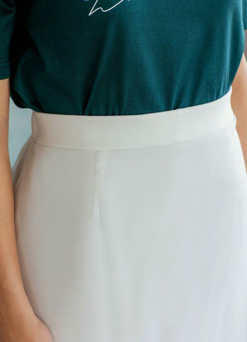 ウエストデザイン。裾インもスマートにキマるスッキリ仕上げ。